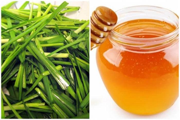 Chữa ho có đờm bằng lá hẹ và mật ong.