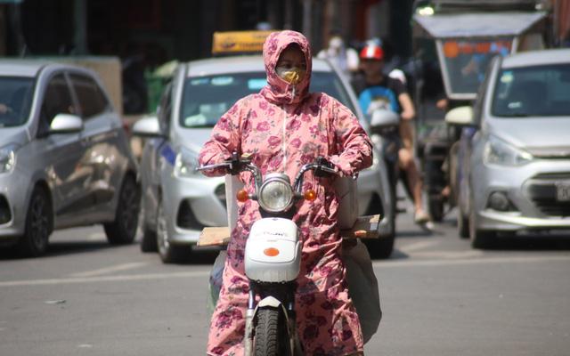 Hạn chế tiếp xúc với ánh nắng để tránh bị nổi mẩn ngứa khi trời nóng