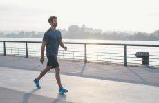 Bị thoái hóa cột sống có nên đi bộ không?