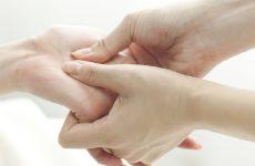 bấm huyệt chữa tê tay