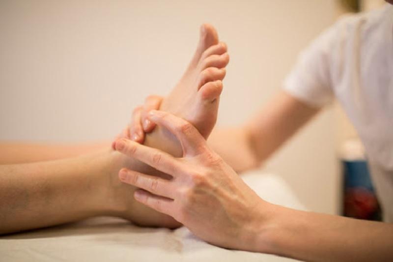 Xoa bóp massage quanh vùng chân