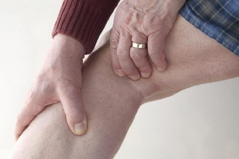 Đau phía sau đầu gối do chân thương ở khoeo chân