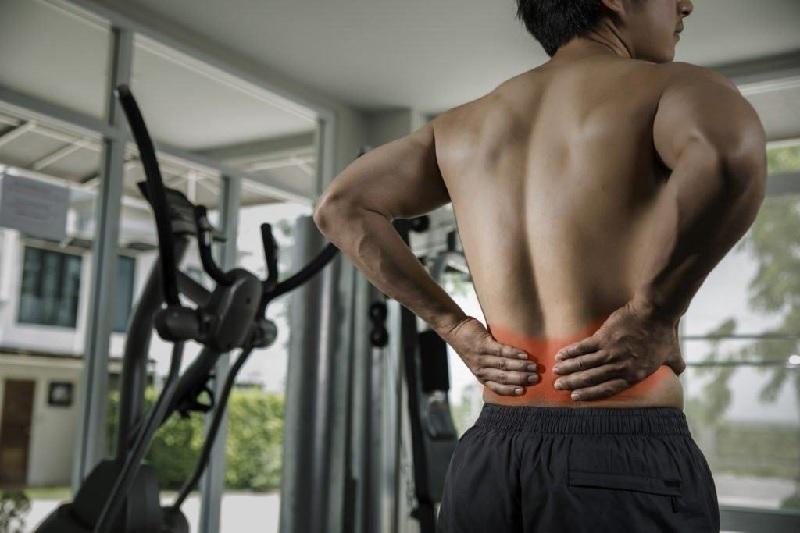 Bị đau lưng có nên tập gym tiếp