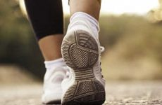 Thoái hóa đốt sống lưng có nên đi bộ