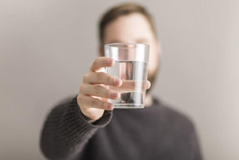 Thận yếu có nên uống nhiều nước không